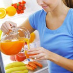 juicing-diet-women-pouring-fresh-juice